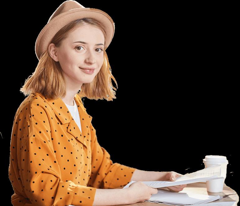 ALT - zdjęcie kobiety, która przegląda dokumenty szkoleniowe